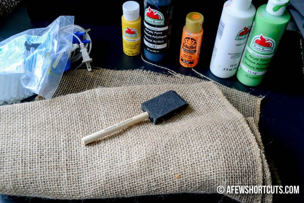 A simple craft to spice up your fall table! Check out this DIY No Sew Burlap Utensil Holder project. Great for Thanksgiving!