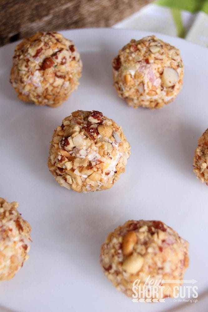 A perfect use for that leftover ham. Check out this adorable & simple Mini Ham & Cheese Balls Recipe