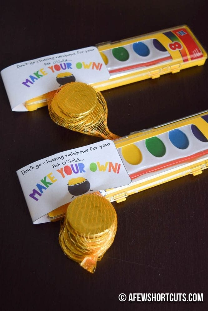 Having a St Patrick's Day or Rainbow Party? You have to check out this Make Your Own Rainbow Printable & Party Favor Idea