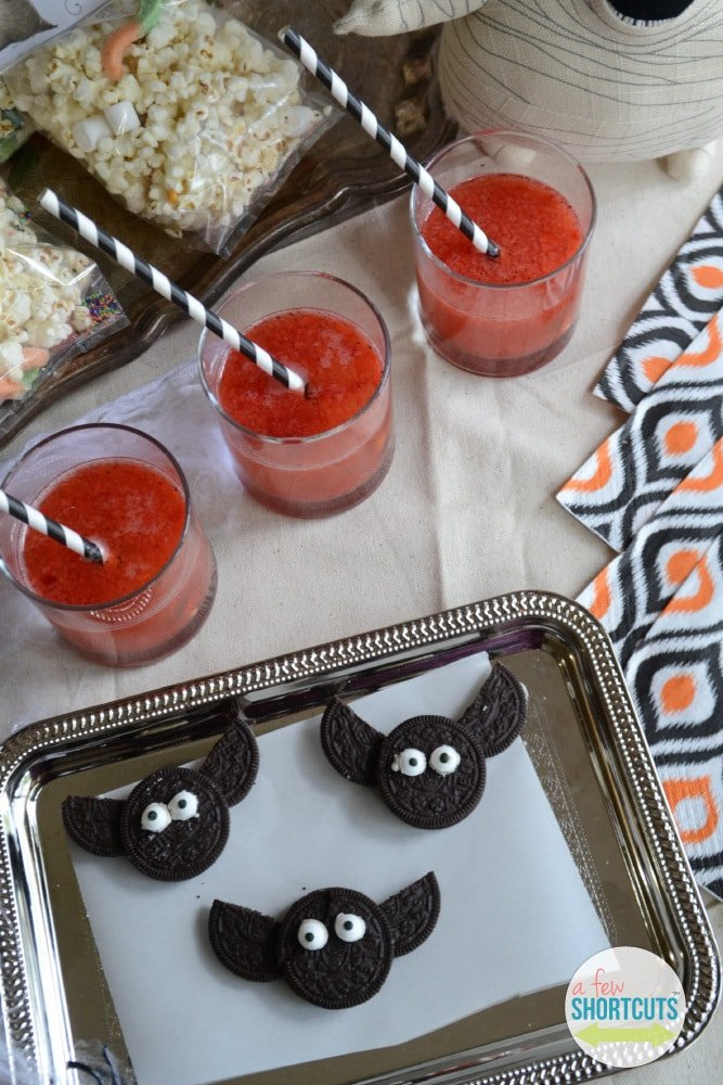 Please tell me I am not the only one who doesn't want to spend 5 minutes decorating a cookie just to watch it gobbled down in seconds. These Simple OREO Bats are just that....SIMPLE! They take only a few minutes to make and the kids LOVE them! They are perfect for Halloween!