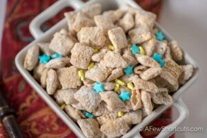 Stop waiting for your letter to Hogwarts! Whip up a batch of these magical Butterbeer Muddy Buddies! There are spells to make them gluten-free & vegan too!