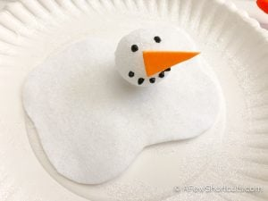 Looking for a fun winter craft for kids? Try this adorable Paper Plate Melting Snowman! So much fun if you are reading Melted Snowman Poem. | @AFewShortcuts #preschool #kidscraft #winter #snowman #homeschool